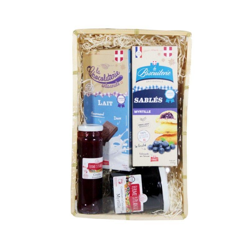 Panier festif avec tablette de chocolat au lait, sablés à la myrtille, coulis à la framboise et confiture à la myrtille
